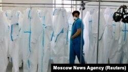 Лекар во просторија со заштитна облека во Москва