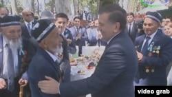 Президент Узбекистана Шавкат Мирзияев на встрече с участниками Второй мировой войны. Архивное фото.
