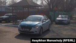 """""""Жар-Жар"""" кафесі алдында тұрған полиция көліктері. Алматы, 9 наурыз 2019 жыл."""