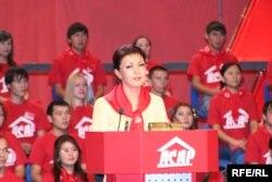 Қазақстан президентінің үлкен қызы Дариға Назарбаева «Асар» партиясының съезінде сөйлеп тұр. (бұл партия 2006 жылы «Отан» партиясына қосылды). Алматы, қараша 2005 жыл.