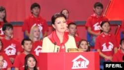 Дарига Назарбаева, старшая дочь президента Казахстана, выступает на съезде партии «Асар» (эта партия была объединена в 2006 году с президентским «Отаном»). Алматы, ноябрь 2005 года.