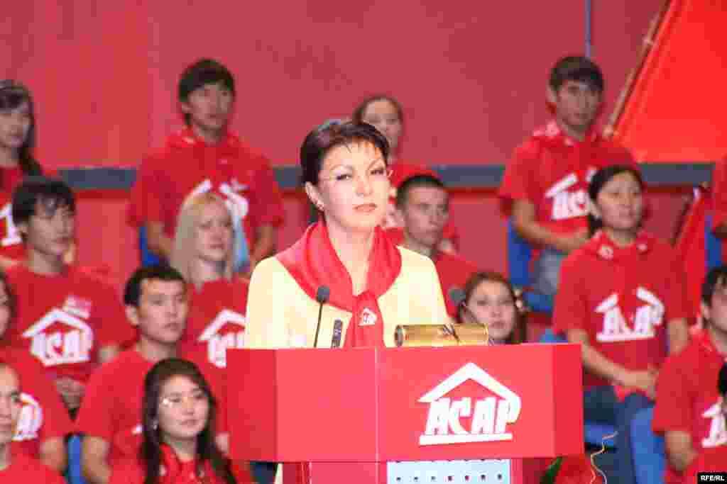 В 2003 году Дарига Назарбаева создала свою политическую партию – «Асар». По итогам выборов 2004 года она прошла в мажилис, будучи председателем «Асара». На фото: Дарига Назарбаева на съезде партии «Асар». Ноябрь 2005 года.