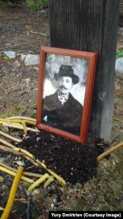 Могила на Секирной горе. Дмитриев просит откликнуться тех, кто знает, кто тут похоронен