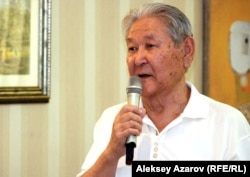 Оппозиционный политик Серикболсын Абдильдин выступает на собрании в день памяти Кунаева. Алматы, 22 августа 2012 года.