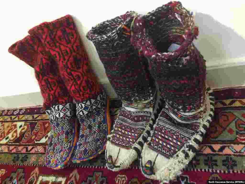 Вязаные сапожки с тонкой подошвой. Их вяжут, в основном, в селении Бежта (на границе с Грузией). Стоимость нарядных сапожек – 6-8 тысяч рублей