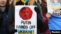Демонстрація на підтримку України у Брюсселі під будівлею, де зустрічалися міністри закордонних справ країн ЄС, 3 березня 2014 року