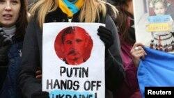 На акции протеста в Брюсселе против военной агрессии России. 3 марта 2014 года.