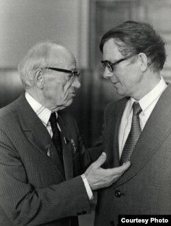 Васіль Быкаў і Пятрусь Броўка. 1970-я гады