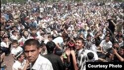 Мирная демонстрация на центральной площади Андижана, 13 мая 2005 года.