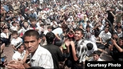 Демонстрация на центральной площади Андижана. 13 мая 2005 года.