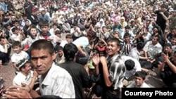 Мирная демонстрация на центральной площади Андижана. 13 мая 2005 года.