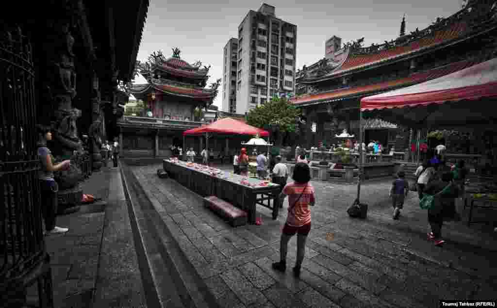 این معبد قدیمی را تقریبا سیصد سال پیش چینیهایی که از استان فوجیان به این جزیره آمدند ساختند. مثل خیلی از معابد چینی، ترکیبی از نشانههای آیین بودا، تائويسم و دیگر عناصر کهن چینی را در بر میگیرد. این معبد پر رفتوآمد، همیشه پر از آدمهاییست که مشغول نماز خواندن، تسبیح انداختن یا روشن کردن عود هستند.