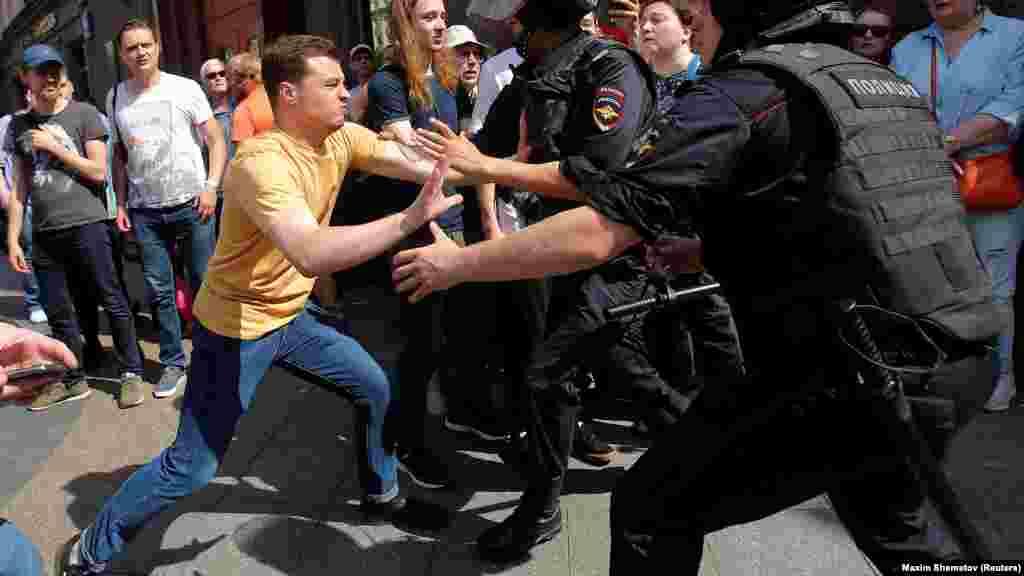 У відповідь поліція почала витісняти людей у провулки навколо Тверської