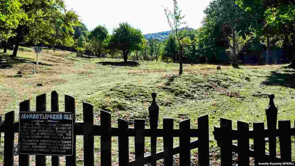 Монастырский сад заложила настоятельница обители, игуменья Варсонофия. На очищенной от лесных деревьев поляне высадили свыше 400 груш, яблонь и слив, а также 15 растений из разных концов мира
