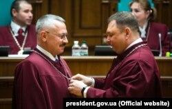 Суддя Конституційного суду України складає присягу. Київ, 2 березня 2018 року.