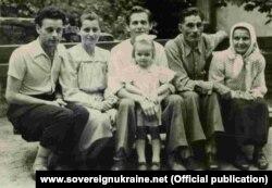 Богдан Сташинський (зліва) із родиною