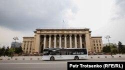 Алматы көшесіндегі автобус. Көрнекі сурет.