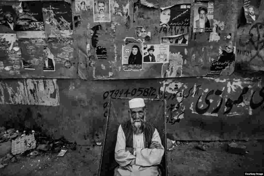 یک رهگذر در بازار کابل.