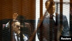 Хосни Мубарак (слева) на суде в Каире, 9 мая 2015
