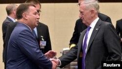 Зустріч міністрів оборони України Степана Полторака (л) і США Джеймса Маттіса на полях Ради міністрів НАТО в Брюсселі, 29 червня 2017 року