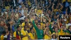 Бразилиялык футболисттер жеңишин майрамдашууда. Рио-де-Жанейро. 30-июнь, 2013-жыл