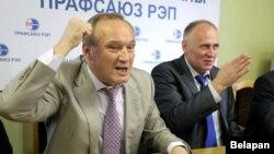 Уладзімер Някляеў (зьлева) і Мікалай Статкевіч на прэс-канфэрэнцыі