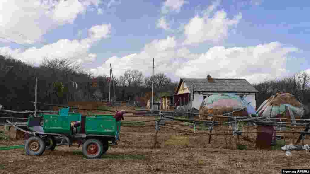 Эта недостроенная турбаза – собственность предпринимателя из Запорожской области. Кроме нее в долине стоят старенькие типовые домики: с огородами, фруктовыми деревьями и стогами сена возле них
