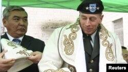 Генерал Дэвид Петреус, АКШнын Куралдуу күчтөрүнүн Борбордук штабынын жетекчиси, Кыргызстандын Шопоков шаарында коомчулук өкүлдөрү менен жолугушуу маалында. 2010-жылдын 11-марты. REUTERS.