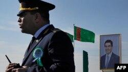 Портрет президента Туркменистана Гурбангулы Бердымухамедова у таможенного поста в Туркменистане. Иллюстративное фото.