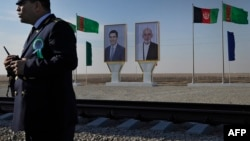 Портреты президента Туркменистана Гурбангулы Бердымухамедова (слева) и президента Афганистана Ашрафа Гани на пограничном посту Имамназар-Акина