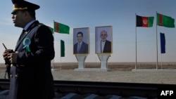 Портреты президента Туркменистана Гурбангулы Бердымухамедова и президента Афганистана Ашрафа Гани на таможенном пункте Имамназар в Туркменистане. 28 ноября 2016 года.