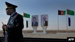 Owganystanyň we Türkmenistanyň prezidentleriniň portretleri, Türkmenistanyň Ymamnazar serhet geçelgesinde, 28-nji noýabr, 2016