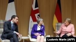 Президент Франции Эммануэль Макрон, премьер-министр Великобритании Тереза Мэй (в центре) и канцлер Германии Ангела Меркель. Брюссель, 22 марта 2018 года