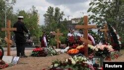 """14-те загинали на борда на """"Лошарик"""" бяха погребани в събота в Серафимовското гробище в Петербург. Медиите бяха допуснати до гробовете след края на траурната церемония."""