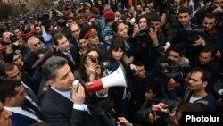 Армения - Экс-премьер Тигран Саргсян встречается с активистами движения «Я против!», протестующими против спорной пенсионной реформы, Ереван, 9 апреля 2014 г.