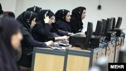 زنان شاغل در یک موسسه مخابراتی در ایران