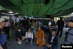 Буддистский монах и один из лидеров протестов Луан Пу Будда Исара во главе отряда, захватившего один из избирательных участков в Бангкоке. 1 февраля 2014 года