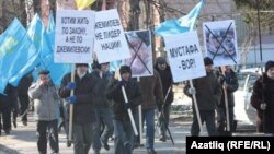 "Кырымтатарларының ""Нәсел"" (""Поколение"") оешмасы Мәҗлес җитәкчелегенә каршы урам йөреше үткәрә, Акмәчет, 9 февраль 2012"
