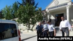 Арестованные в Худате перед зданием Хачмазского районного суда. Хачмаз, 10 мая 2013