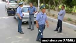 Aşgabatda polisiýa tarapyndan saklanan raýat. Arhiwden alnan surat