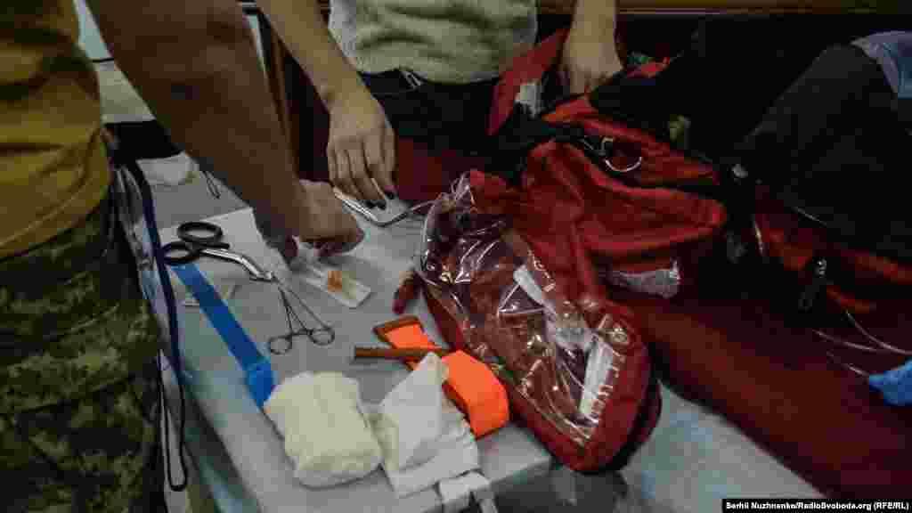 Медики збирають інструмент в медичну сумку, відповідно до списку.Навіть відсутність чогось незначного в екстренній ситуації може призвести до фатальних наслідків