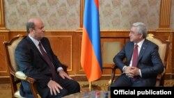 Президент Армении Серж Саргсян (справа) принимает чрезвычайного и полномочного посла Ливана в Армении Жана Макаруна, Ереван, 14 декабря 2017 г.
