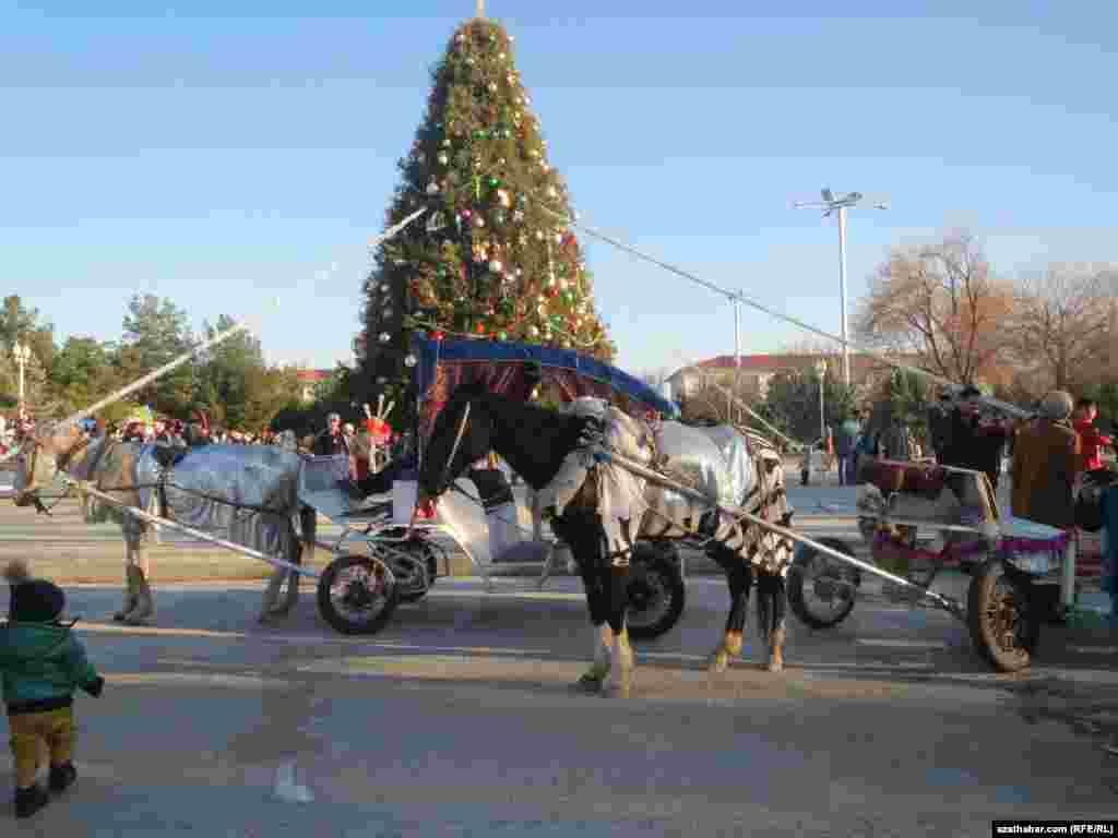 Конная прогулка у новогодней елки в центре Ашхабада