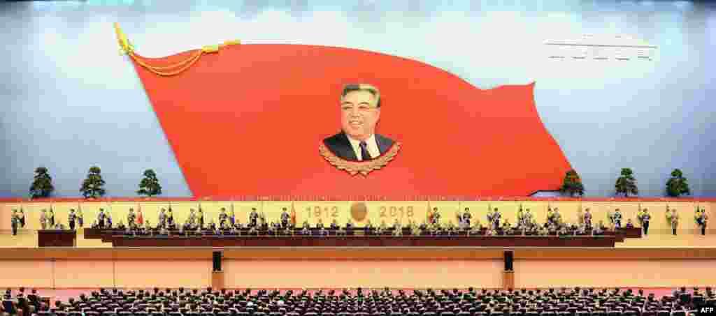 """Ким Ир Сеннің туған күніне орай ұйымдастырылған жиналыс. Ким Ир Сен елді 1972 жылдан бастап, өмірінің соңына дейін (1994 жыл) басқарды. 1998 жылы оған """"мәңгілік президент"""" деген дәреже берілді."""
