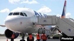 «Արմավիա» ընկերության օդանավը Երեւանի «Զվարթնոց» օդանավակայանում, արխիվ