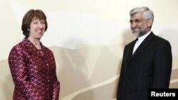 Европа Одағының сыртқы істер саясаты жөніндегі жоғарғы өкілі Кэтрин Эштон (сол жақта) мен Иранның жоғарғы өкілі Саид Джалили. Алматы, 5 сәуір 2013 жыл.