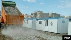 گزارش رسانهها و اظهارات مقامات ایران حاکی است که سپاه از نهادهای اصلی توزیع کننده کانکسها در مناطق زلزلهزده بوده است.