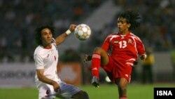 جواد نکونام، کاپیتان تیم ملی فوتبال ایران، در جدال با یک بازیکن اماراتی در بازی های مرحله مقدماتی جام جهانی آفریقای جنوبی