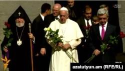 Рим папасы Франциск (ортада) геноцид құрбаны болған армяндарға орнатылған «Цицернакаберд» мемориалдық кешенінде. 25 маусым 2016 жыл.