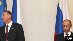 Россия и Европа с трудом находят общий язык. Премьер Владимир Путин (справа) на встрече с Миреком Тополанеком, премьером Чехии (нынешний председатель Евросоюза)